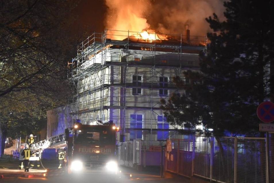 Die Bilder aus der Brandnacht geben einen Eindruck von der Größe des Feuers.