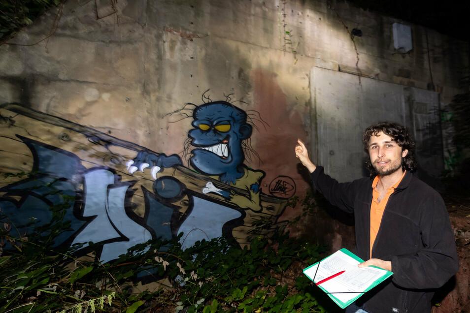 Sebastian Schmidt, Leiter der Nabu-Regionalgruppe vor dem Fledermausbunker im Eulengrund.