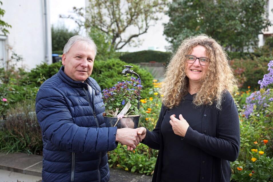 Bürgermeister Gerd Barthold (CDU) war einer der ersten Gratulanten, die Andrea Beger zum Wahlsieg beglückwünschten.