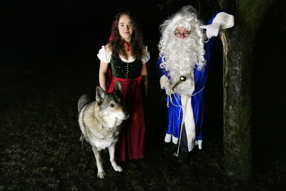 Für seine Märchenwelten hat Falk Döhler (r.) sogar Rotkäppchen und einen (fast echten) Wolf aufgetrieben.