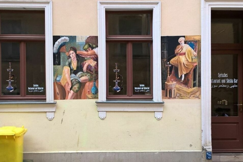 Die Fassadenmalerei gegenüber ist bisher nicht genehmigt und sorgt für Diskussionen.