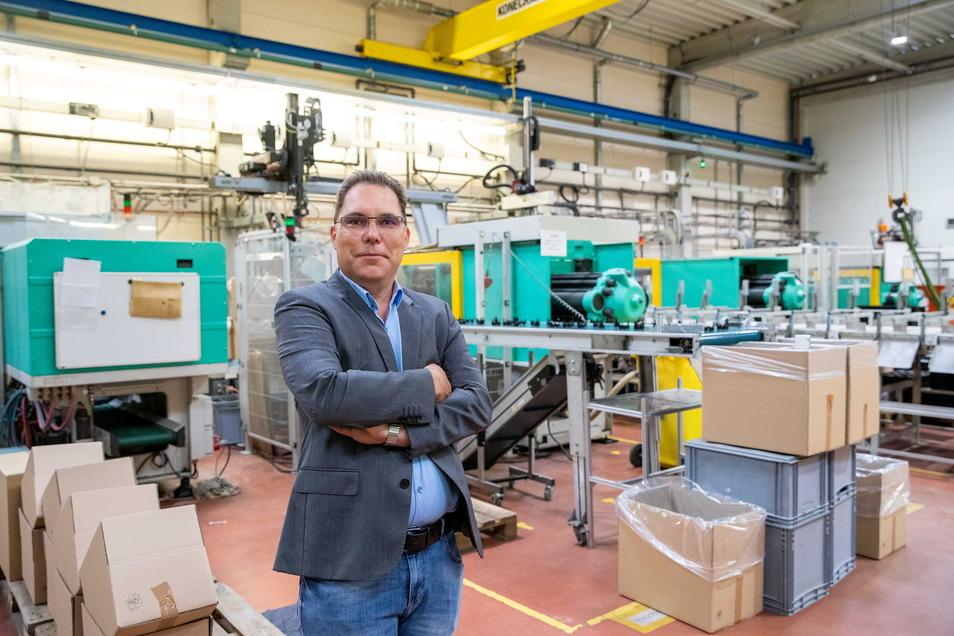 Betriebsleiter Thomas Ehrlich steht in der Produktionshalle seiner Firma. Mit einer finanziellen Beteiligung hat er mit dazu beigetragen, der Goerlich Kunststofftechnik GmbH eine Zukunft zu geben.