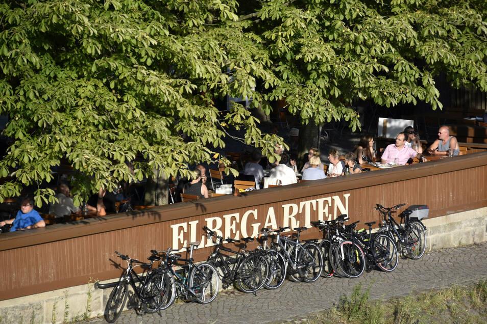 Elbegarten am Blauen Wunder zahlt man für ein Bier 4,40 Euro