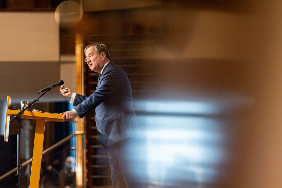 Armin Laschet (CDU), Ministerpräsident von Nordrhein-Westfalen, spricht bei der Landesvertreterversammlung der CDU in Nordrhein-Westfalen auf dem Podium.