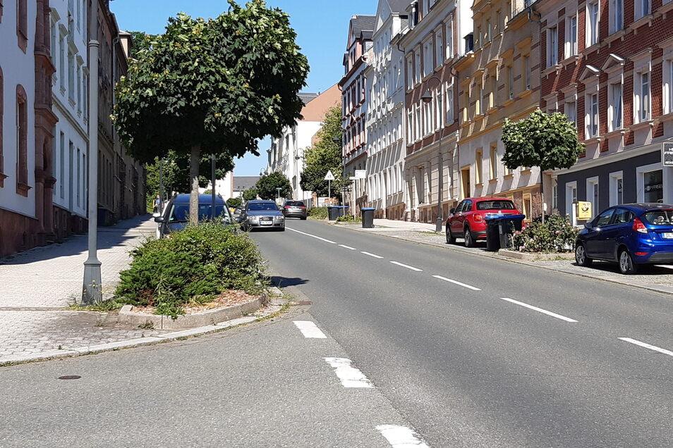 Wer aus der Breuningstraße auf die Bahnhofstraße abbiegen will, muss sehr genau in den gegenüberliegenden Spiegel schauen.