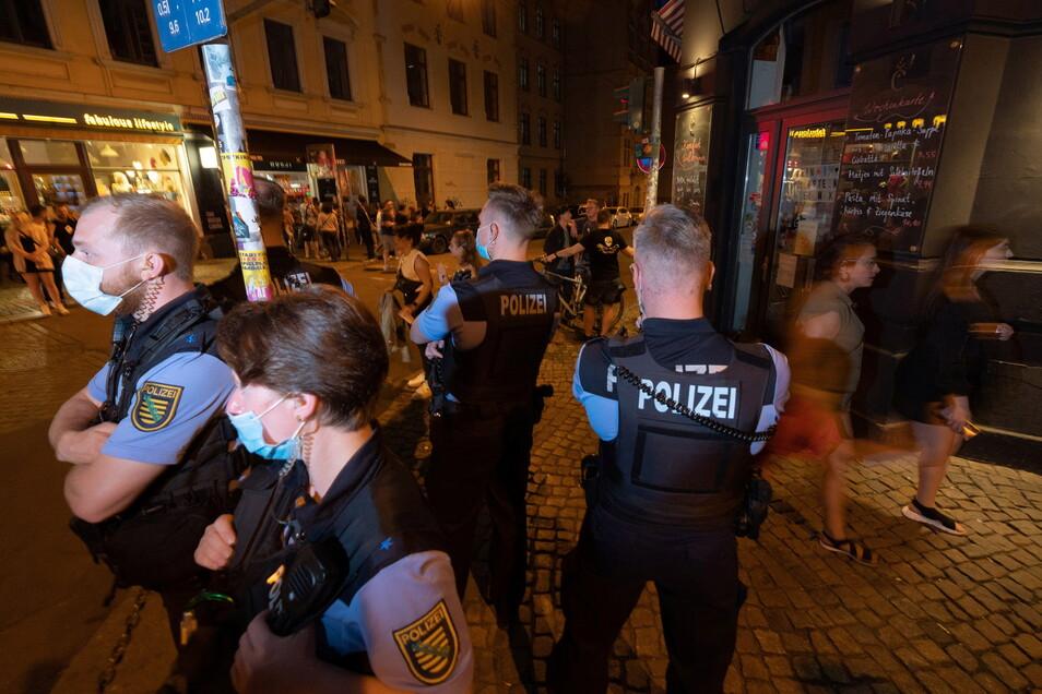 """Polizisten sind wieder im Dauereinsatz am Dresdner """"Assi-Eck""""."""