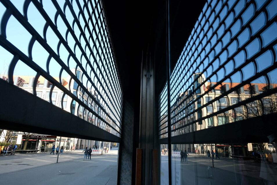 Lockern oder weiter schließen? Das Gitter eines Schaufensters im Leipziger Stadtzentrum ist zur Hälfte heruntergelassen.