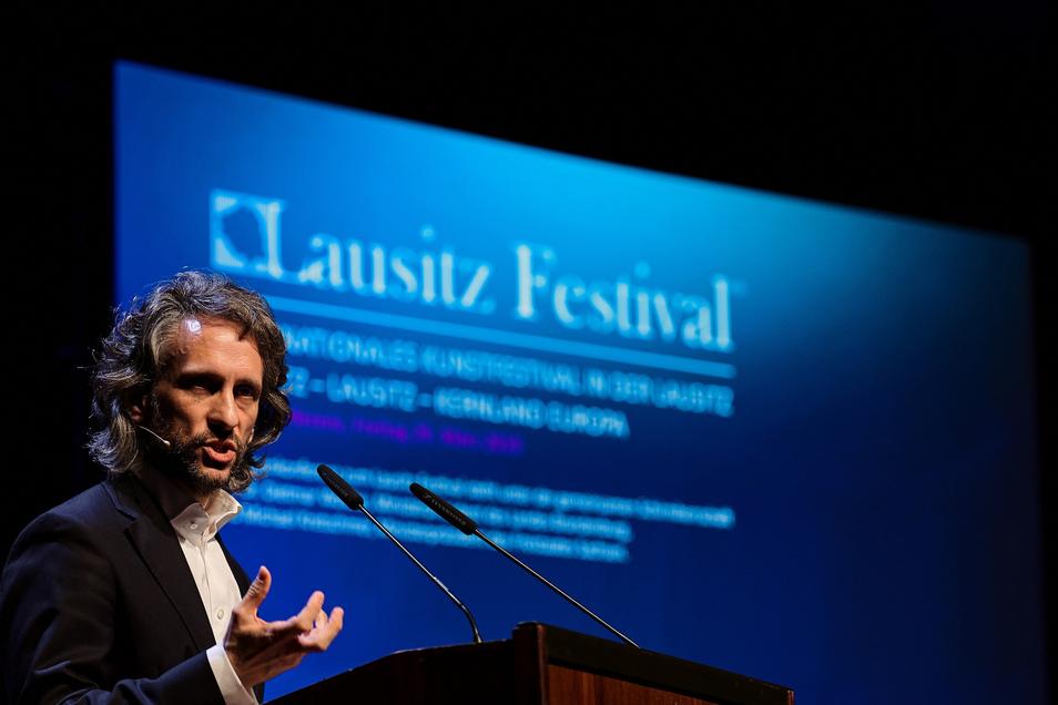 Der Intendant der Hamburger Symphoniker, Daniel Kühnel, will im Mai sagen, wie es mit dem Lausitz-Festival weitergeht.