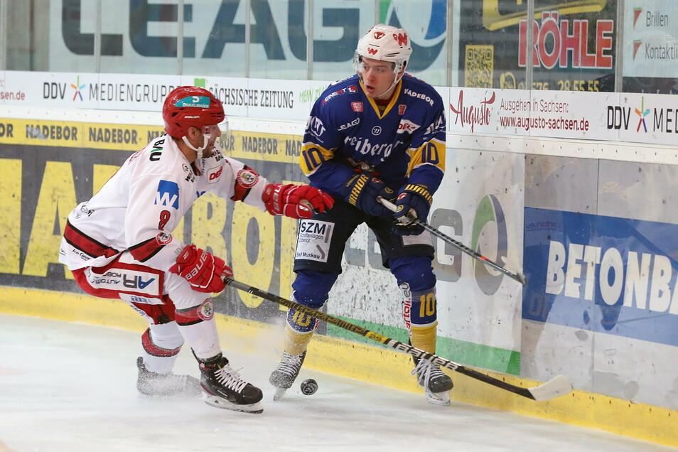 Landshuts Verteidger Stephan Kronthaler (links) versucht, gegen Lars Reuß an die Scheibe zu kommen.