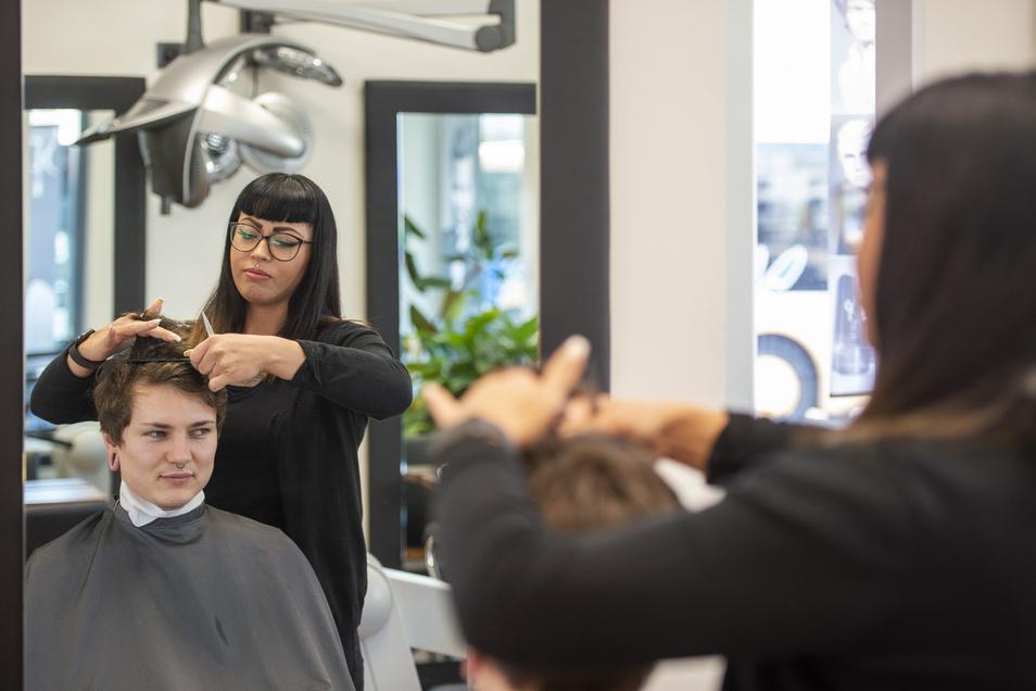 Die Friseurin Scarlett Gabriel vom Salon Helena an der Hauptstraße in Coswig schneidet auch in den nächsten Tagen noch Haare. Auch die anderen Filialen in Coswig und Weinböhla bleiben geöffnet.