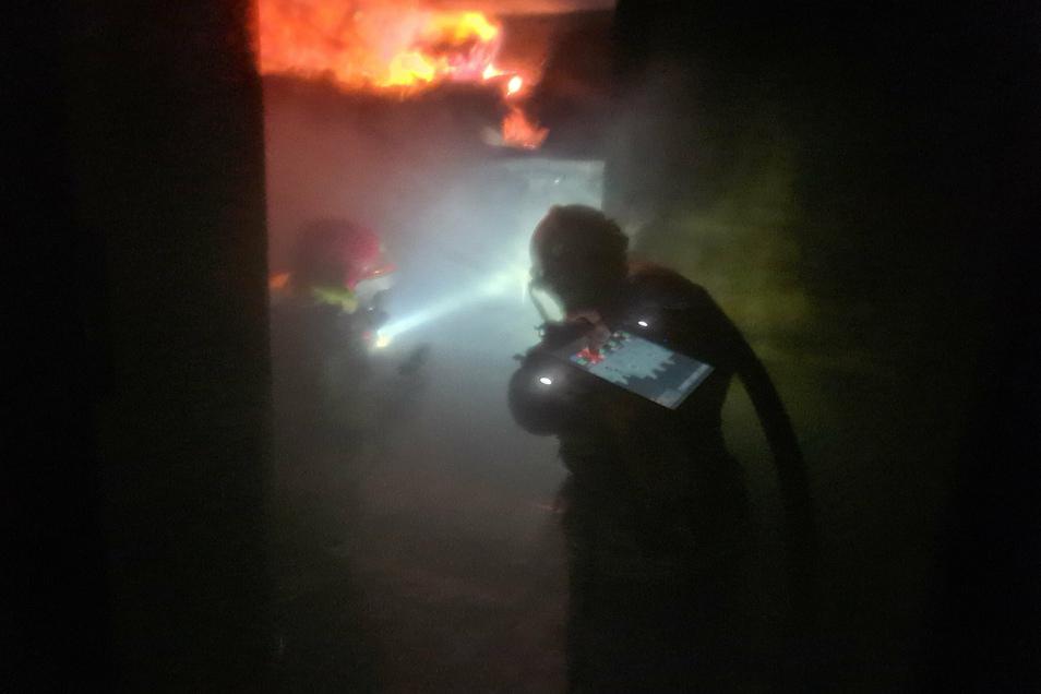 Drin im Brandcontainer: Flammen schießen hoch, die Hitze ist weit über 100 Grad.