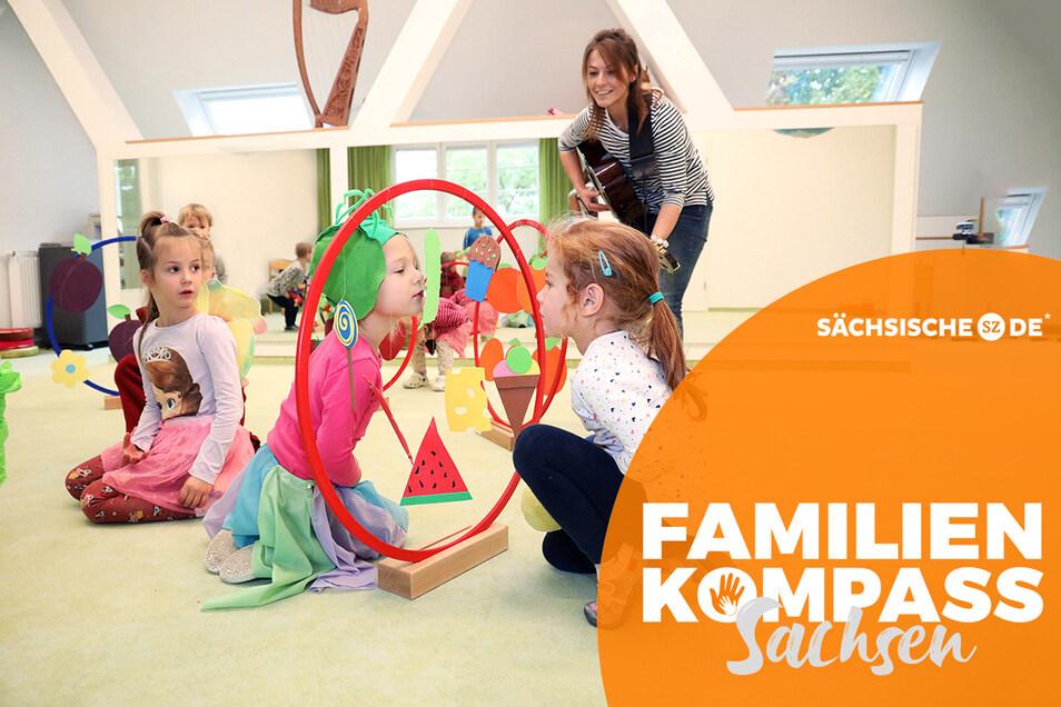 """Musik nimmt bei den Kindern der Kita """"Villa auf dem Kirschberg"""" eine besondere Stellung ein. Hier führen die Kita-Kinder das Lied von der Raupe Nimmersatt auf. Erzieherin Linda Schuppe begleitet auf der Gitarre."""