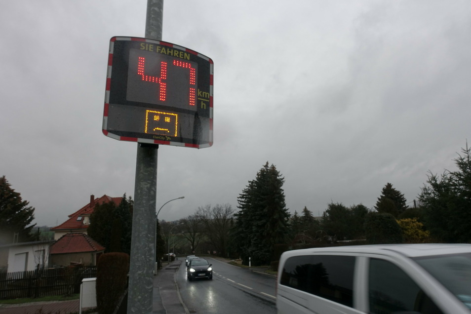 Die Messtafel an der Leipziger Straße zeigt den Autofahrern an, wie schnell sie sind. Mittlerweile 13 dieser Geräte sammeln im Gemeindegebiet auch anonyme Daten zu den gefahrenen Geschwindigkeiten.