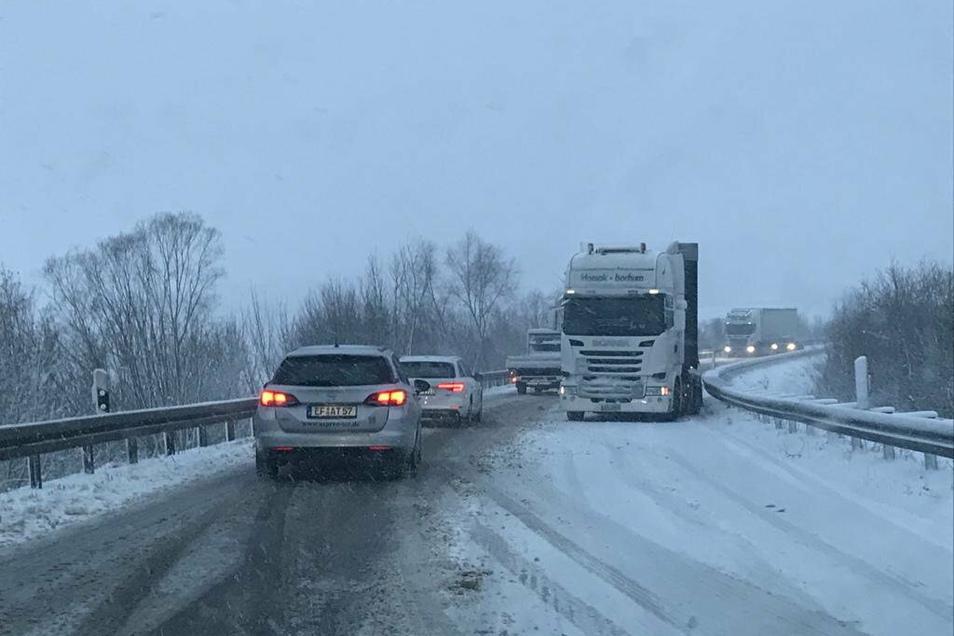 Auf der Umgehungsstraße bei Leisnig blockierten liegengeblieben Laster den Verkehr.
