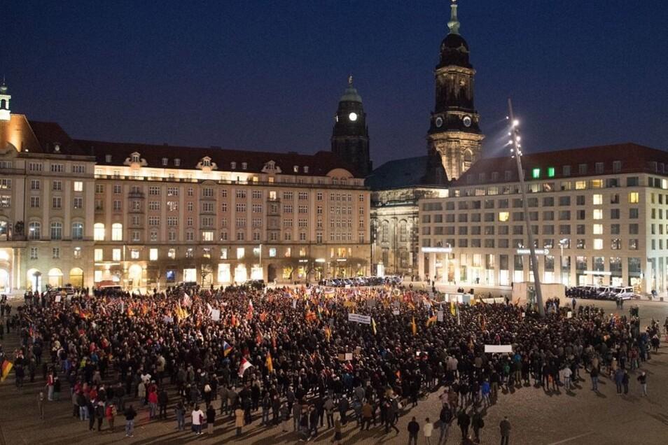 """Zum 18. """"Abendspaziergang"""" fanden sich nach Polizeiangaben rund 6500 Pegida-Anhänger ein."""