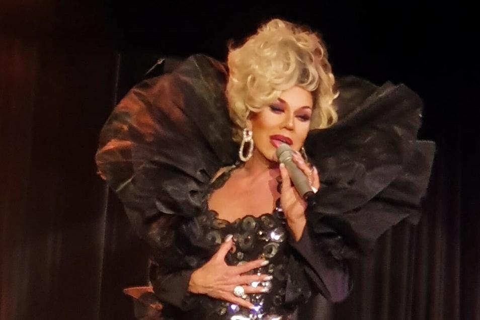 Als Stargast zur Show geladen: Die Travestiekünstlerin Gene Pascale aus München gestaltet den Abend im Augusto-Sommergarten mit.