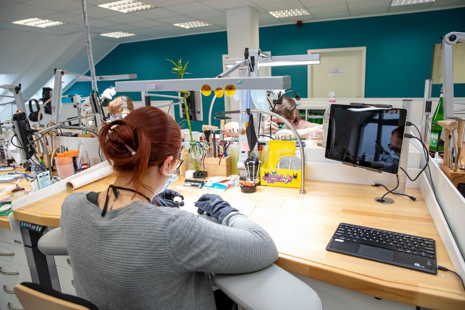 Bilder, die man fast nur aus Glashütte kennt: Die Mitarbeiter der Zeitauktion GmbH arbeiten natürlich auch an Uhrmachertischen.
