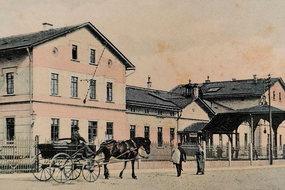 Der Kamenzer Bahnhof um 1900. Man überquerte die Gleise der Elstraer Strecke unter einem kunstvollen Überdach und trat dann in das Empfangsgebäude ein.