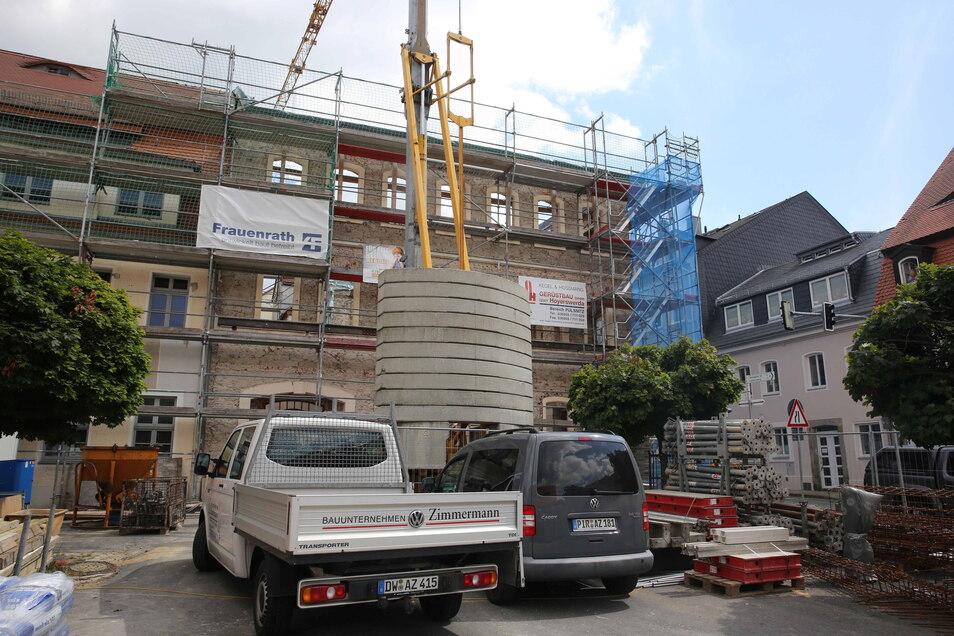Parallel zum Eckgebäude wird auch das zweite Rathausgebäude (links) saniert. Ende 2022 sollen die Arbeiten planmäßig beendet werden. Noch sind die Planer optimistisch, dass bereits eingetretene Verzögerungen wieder aufgeholt werden können.