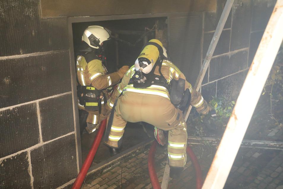 Feuerwehrleute löschten den Brand in diesem Raum an der Augustusbrücke. Das Feuer hatten offenbar die Juwelenräuber am 25. November gelegt, bevor sie ins Grüne Gewölbe einbrachen. Denn dadurch fiel ein Stromverteiler und damit die Straßenbeleuchtung aus.