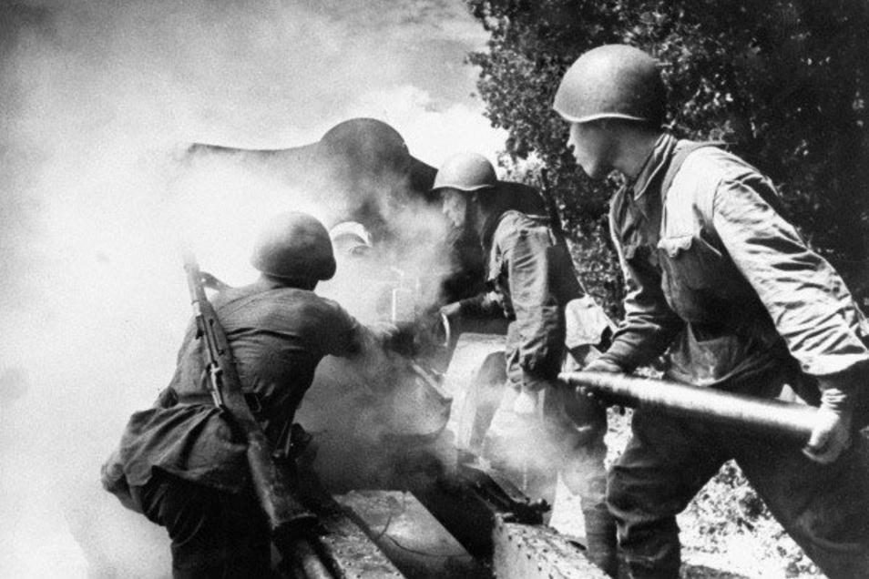 Sowjetische Artillerie im Einsatz. Weil die Wehrmacht im April 1945 den Befehl zum Abzug aus Riesa bekam, blieb der Stadt ein größerer Artilleriebeschuss erspart.