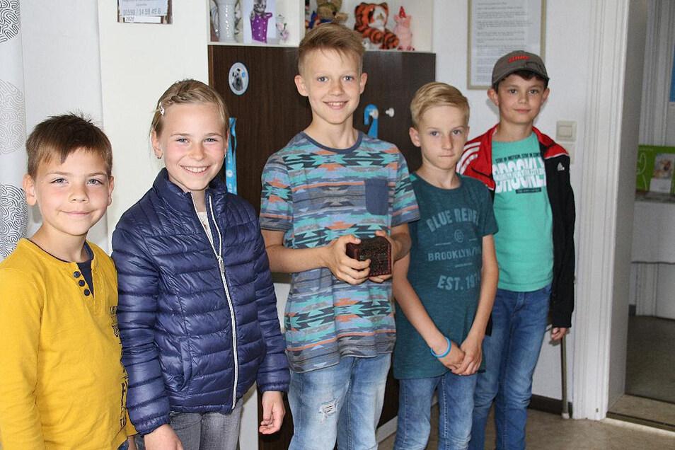 Arthur, Alena, Louis, Marc und Nico haben allen Grund zum Strahlen. Mit ihrer tollen Spendenaktion bereiteten sie dem Großenhainer Tierschutzverein eine große Freude.