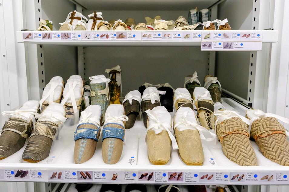 Gut gebettet auf Kunststoff: Die historischen Schuhe im klimatisierten Depot der Dresdner Rüstkammer haben mit Seide überzogene Polsterungen.