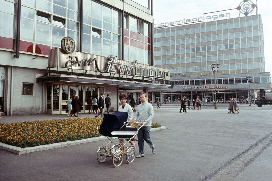 """HO-Gaststätte """"Am Zwinger"""" und Institutsgebäude mit """"Haus des Buches"""" am Postplatz im August 1969."""