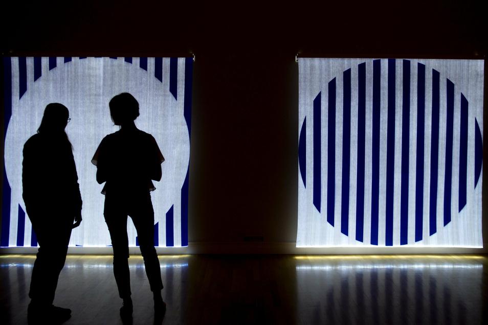 Diptychon, 2014 von Daniel Buren ist während einer Vorbesichtigung in den Kunstsammlungen Chemnitz zu sehen.