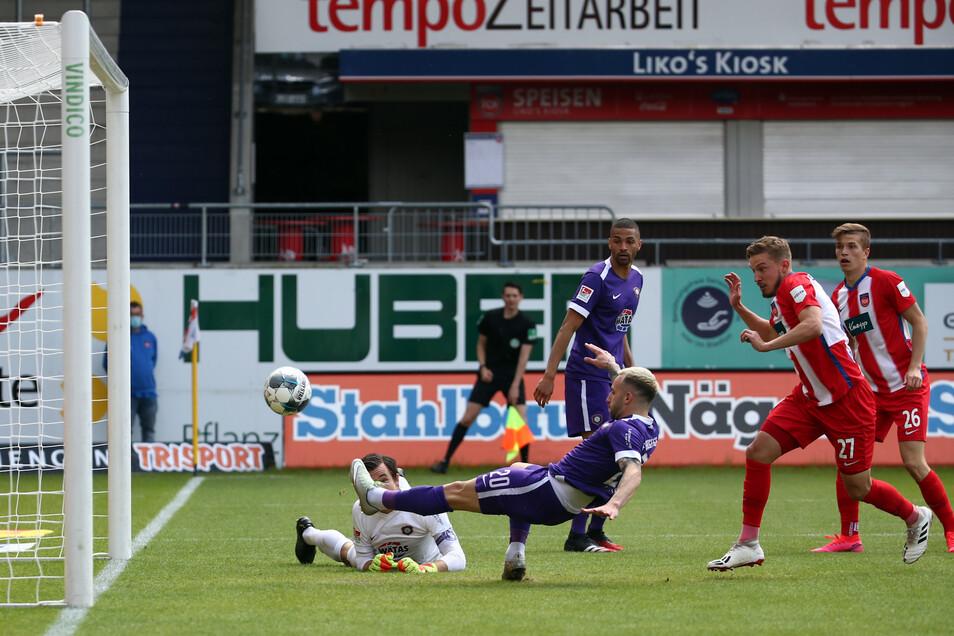 Aues Calogero Rizzuto (vorn) lenkt den Ball ins eigene Tor zum 1:0 für Heidenheim.