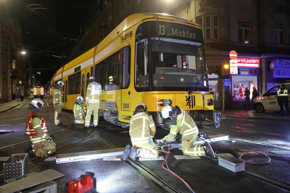 Kurz vor Weihnachten musste die Feuerwehr eine Straßenbahn in die Gleise setzen, die auf der Kreuzung Bautzner Straße/Rothenburger Straße aus den Schienen gesprungen war.