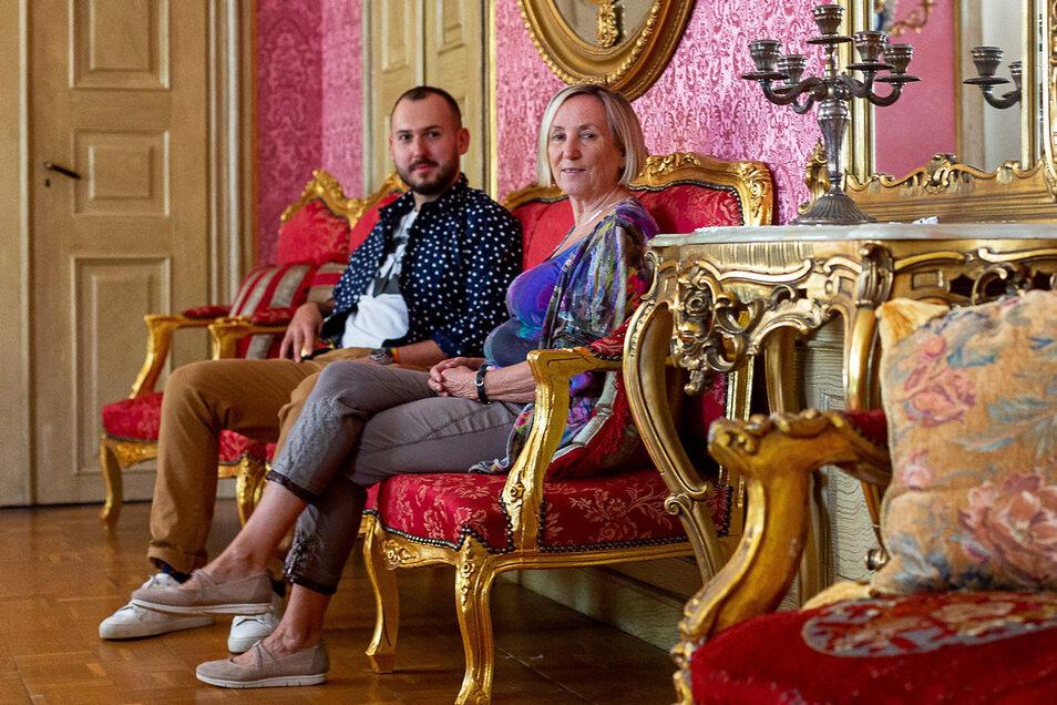 """Irmela Werner vom Verein """"Freunde Schloss Nöthnitz"""" und Eigentümer Jan Horsky unterzeichneten eine Kooperationsvereinbarung."""