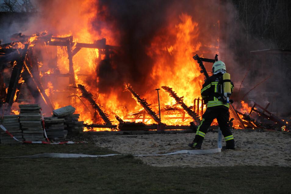 """Keine fünf Minuten dauerte es, die Carports auf dem Gelände des Hundesportvereins """"Pfote drauf"""" abzulöschen. Aber weder die Carports noch die darin gelagerten Materialien waren zu retten. Der Brand war schon zu weit fortgeschritten."""