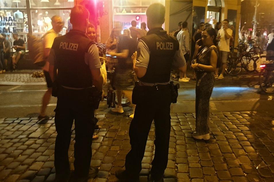 Die Polizei versucht, die Kreuzung in der Neustadt freizuhalten. Dazu sprechen die Beamten die Menschen an, die auf der Straße stehen.