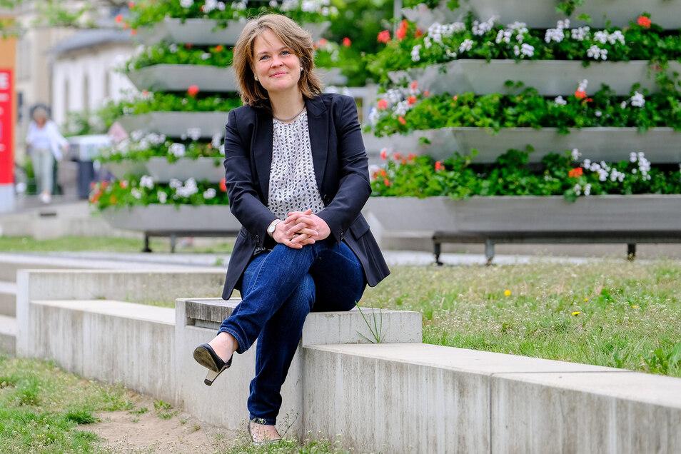 Elke Siebert (48) auf den Terrassen vor dem Kultur-Bahnhof in Radebeul. Sie ist die erste Frau, die ihren Hut für die Landratswahl im November in den Ring geworfen hat.