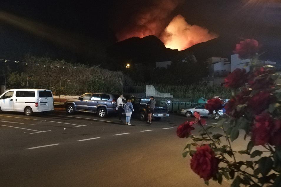 Das Feuer schreitet an mehreren Fronten voran.