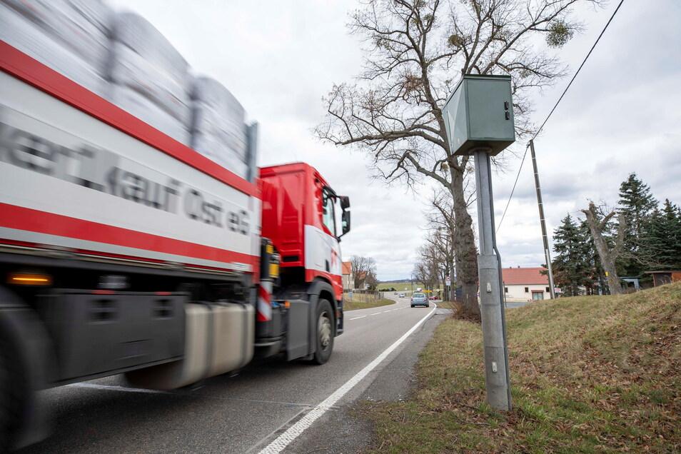 Pendler und Schüler, die auf die Busverbindung nach Pirna angewiesen sind, haben in Krietzschwitz an der Bundesstraße 172 eine gefährliche Strecke. Es fehlt ein Fußweg.