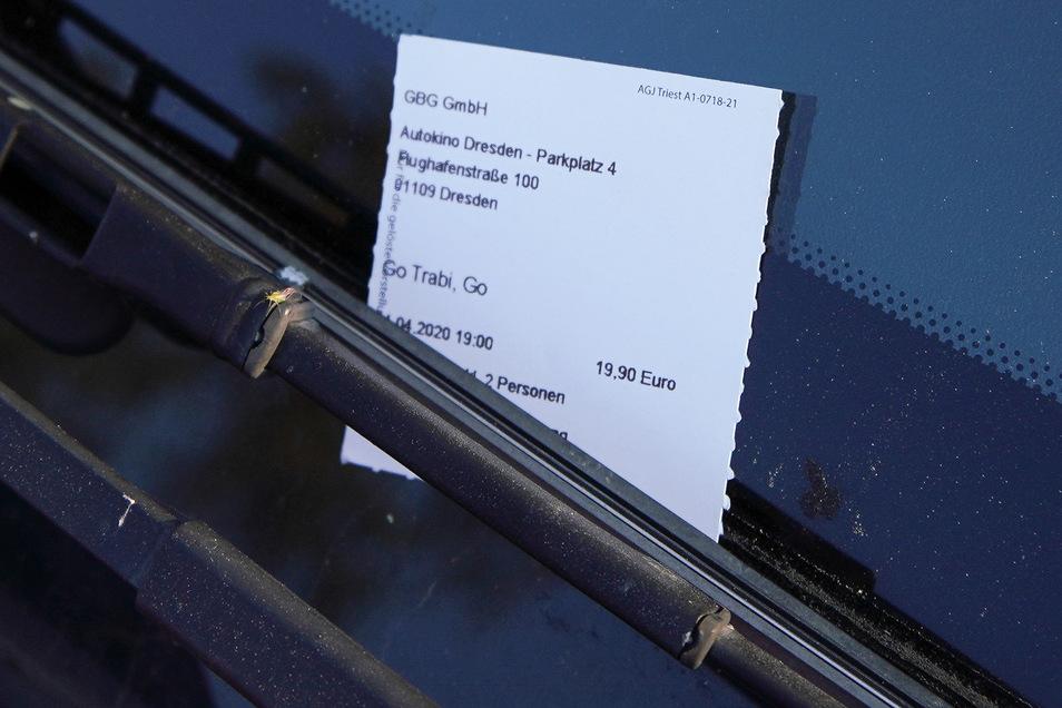 Jedes Auto erhielt eine Eintrittskarte, die unter einen Scheibenwischer geklemmt wurde.