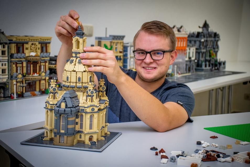 Max Ressel baut an einem Modell der Dresdner Frauenkirche.