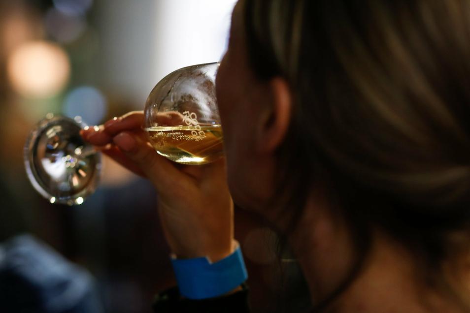 Wer während des Lookdowns viel mehr getrunken hat, kann durch eine Pause herausfinden, ob sich bereits eine Abhängigkeit entwickelt hat.