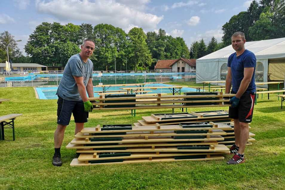 Schuften für die Party: Winfried Haase (links) und Rico Block bereiten das Taktgefühl Open Air im Oppacher Freibad vor.