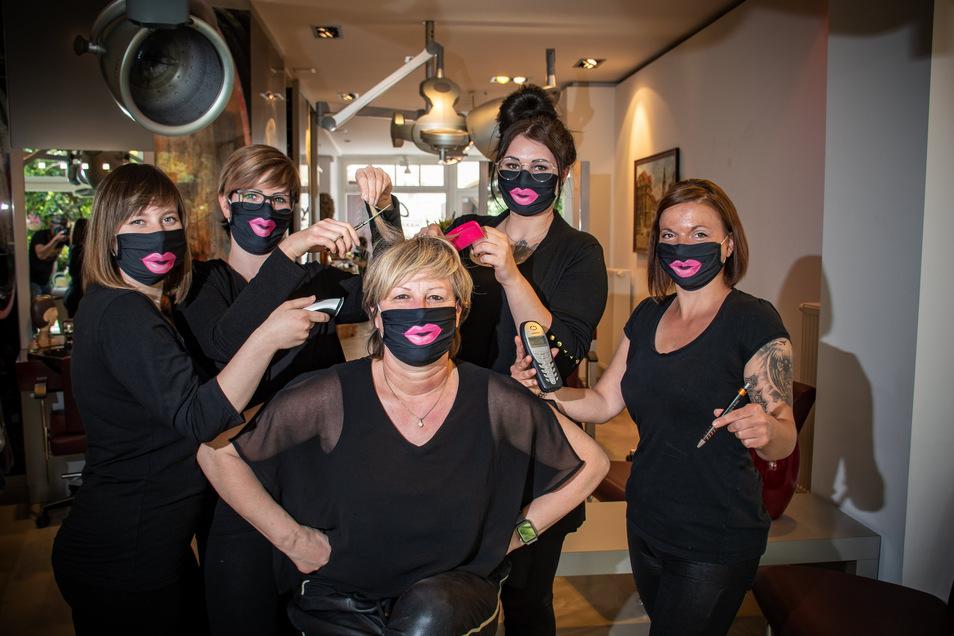 Antonia Franz (v.l.), Monique Seidel, Kelly Borrmann und Jaqueline Sobotka stehen im Friseursalon um ihre Chefin Grit Neumann. Alle tragen die vorgeschriebenen Masken – in diesem Falle aber besonders originelle.