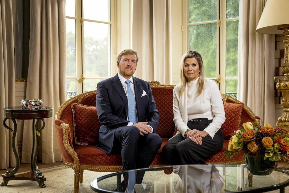 König Willem-Alexander der Niederlande und Königin Maxima der Niederlande richten sich in einer persönlichen Videobotschaft an die niederländische Bevölkerung und sprechen darin über den Abbruch ihres Urlaubs in Griechenland.