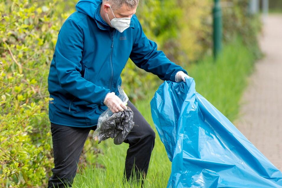 Weinböhlas Bürgermeister Siegfried Zenker ließ es sich nicht nehmen, beim Frühjahrsputz mit anzupacken und die Gemeinde vom Müll zu befreien.