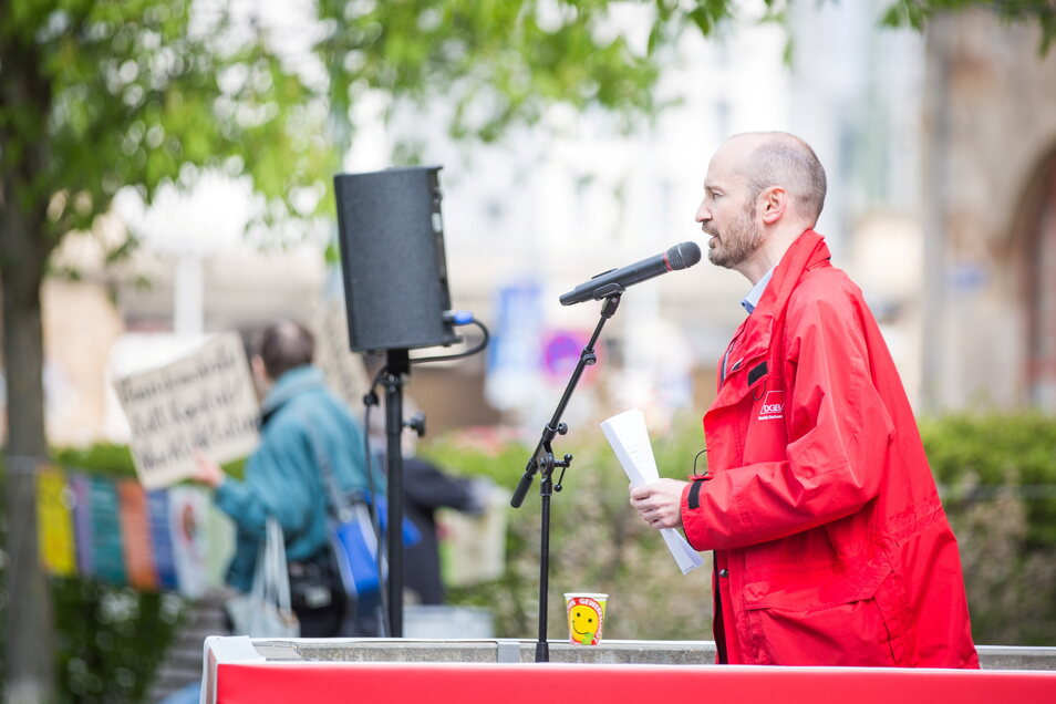 André Schnabel, Vorsitzender des DGB Dresden, auf der Kundgebung am Schützenplatz.