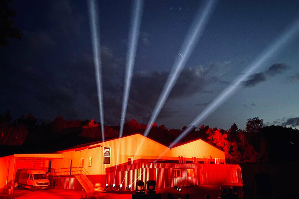 Auch das Lager der Complex Veranstaltungtechnik wurde zur Night of Light in Kamenz am Schwarzen Weg rot angestrahlt.