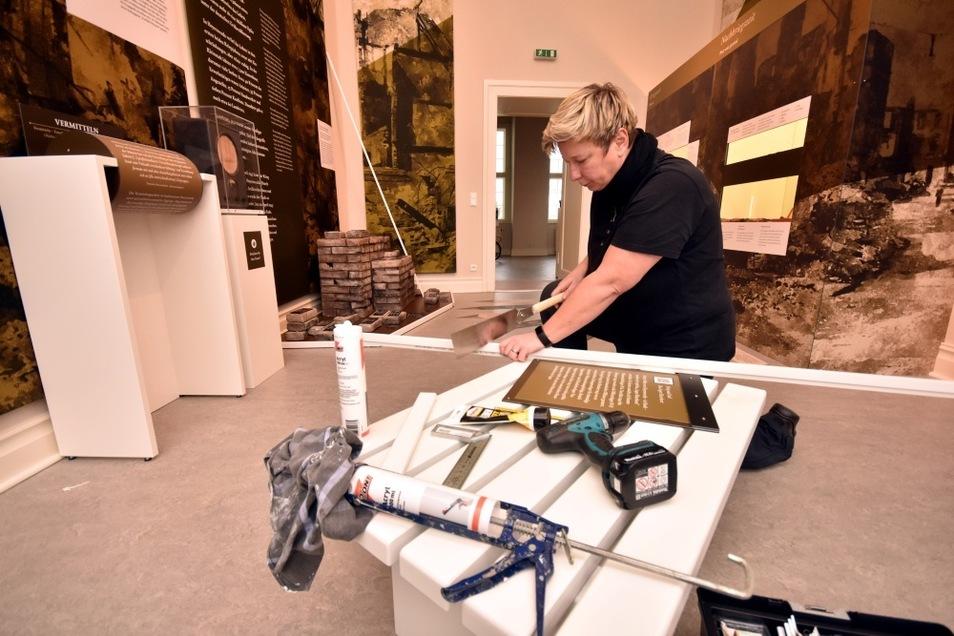Museumschefin Kerstin Noack kann auch werkeln - die Ziegel aus Styropor im Hintergrund sollen durch Fußleisten künftig besser geschützt sein.