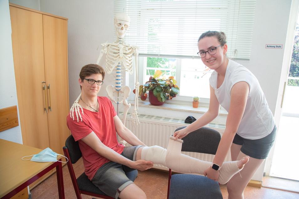 Norman Reichert aus Mückenhain und Luise Püschel aus Horka lernen im 2. Lehrjahr den Beruf des Pflegefachmanns beziehungsweise der Pflegefachfrau. Beide üben im Foto einen Kompressionsverband.
