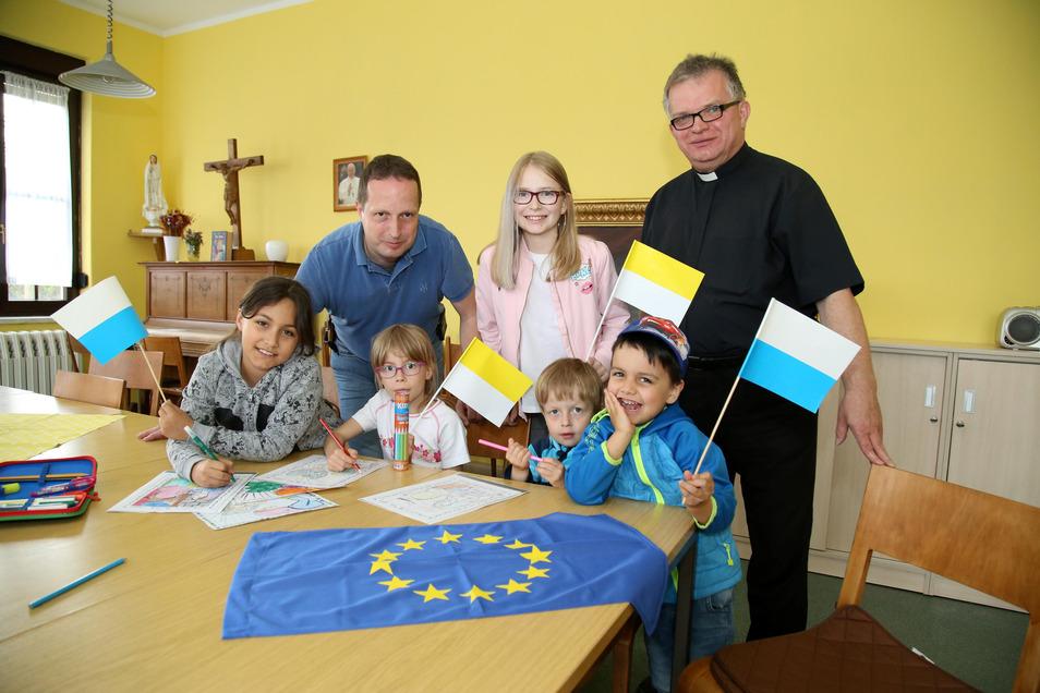 Pfarrer Krystian Burczek war in seiner katholischen Gemeinde St. Josef immer für die Jugend da. Hier beschäftigen sich die Kinder mit der Vielfalt der Europäischen Union sowie den Flaggen, die dahinter stehen.