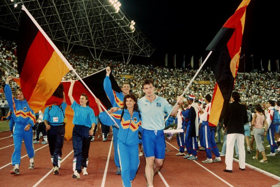 Arm in Arm laufen die Fahnenträger Gabriele Lippe aus der BRD und Ulf Timmermann aus der DDR am 1. September 1990 bei der Abschlussfeier der Leichtathletik-EM ins Stadion von Split ein.